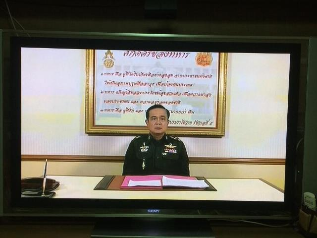 Armeechef Prayuth verkündet im TV das Kriegsrecht gelte für das gesamte Land