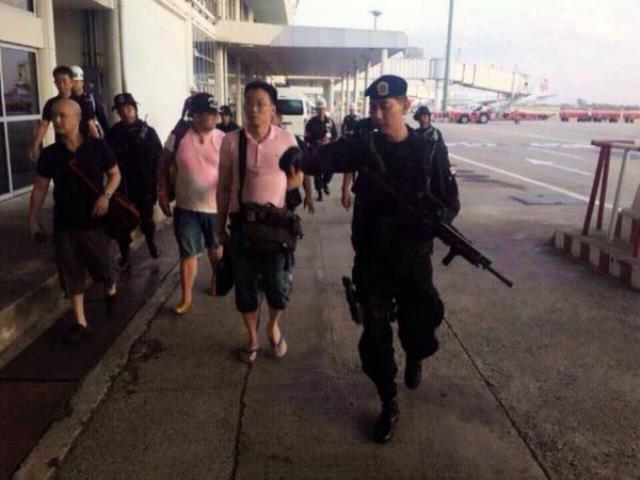 Dieses Foto soll Thaksins Sohn Panthongtae auf dem Flughafen Chiang Mai in Militärgewahrsam zeigen