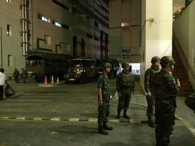 Soldaten besetzen Fernsehsender und Medienhäuser