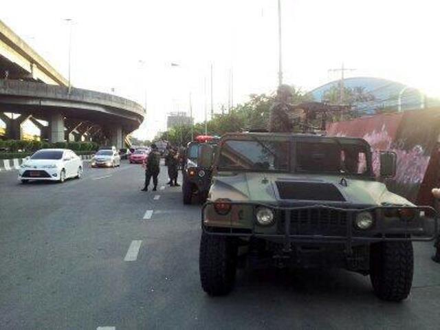 Bewaffnete Soldaten riegeln Kreuzungen in Bangkok ab