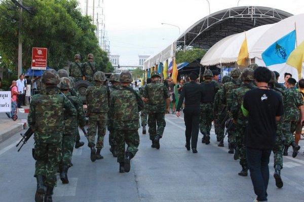 Die Armee räumt das Protestlager der PRDC auf der Ratchadamoen Avenue