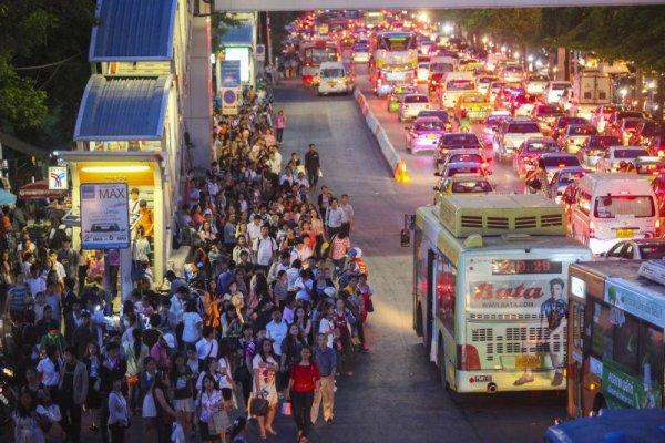 Am Abend brach der Verkehr in der Hauptstadt fast vollständig zusammen, weil die Leute vor Inkrafttreten der Ausgangssperre nach Hause wollten