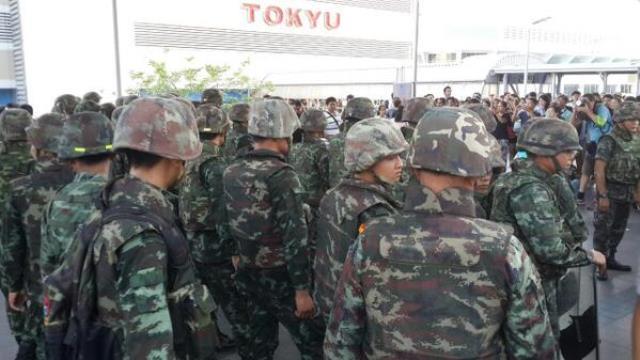 Am MBK Kaufhaus ist die Situation ruhig. Viele Soldaten anwesend. Der Skywalk ist geschlossen