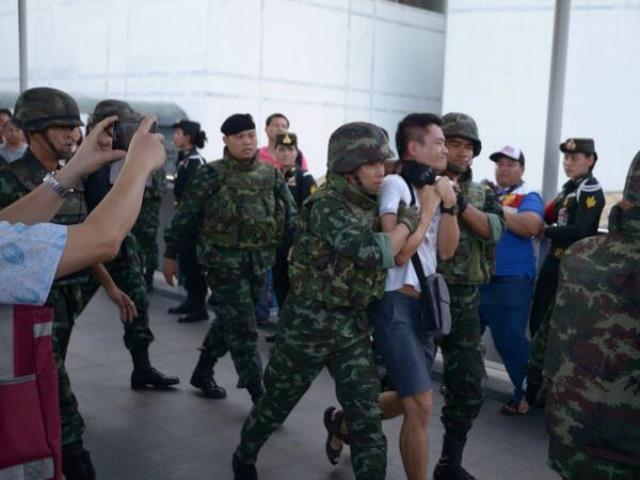 Soldaten haben mindestens 4 Demonstranten vor dem BACC unter dem Skywalk festgenommen