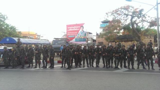 Etwa 200 Demonstranten und Truppen der Armee in Chiang Mai