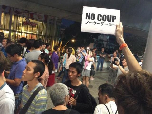 Es sind immernoch einige Demonstranten am Victory Monument unterwegs