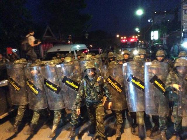 Soldaten in Chiang Mai haben die Strasse nahe des Chang Puak Gates geschlossen. Touristen sollten die Gegend meiden